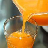 Свежий апельсиновый сок лить от кувшина стоковое фото rf