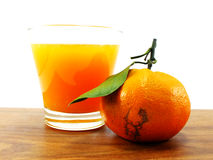 Свежий апельсиновый сок на деревянной предпосылке Стоковые Изображения RF