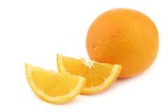 Свежий апельсин и некоторые отрезали части Стоковая Фотография RF