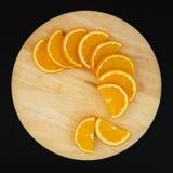 Свежий апельсин куска полуокружности на прерывать деревянный изолят Стоковая Фотография