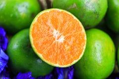 Свежий апельсин на бамбуковой циновке Стоковая Фотография