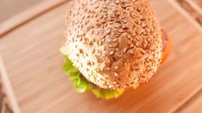 Свежий аппетитный гамбургер с салатом и томатом сток-видео