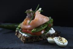 Свежий вегетарианский сэндвич с красными рыбами и авокадоом стоковые изображения
