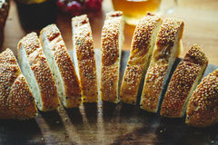 Свежий весь кусок хлеба зерна или хлеба рож на backg деревянного стола Стоковые Изображения
