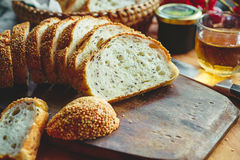 Свежий весь кусок хлеба зерна или хлеба рож с чашкой чая и frui Стоковая Фотография RF