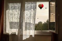 Свежий ветер в окне Взгляд от окна к воздушным шарам стоковые фото