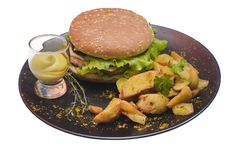 Свежий вкусный гамбургер при зажаренные картошки и сальса изолированные на белизне Стоковое фото RF