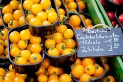 Свежий вкусный желтый крупный план макроса томатов вишни на рынке Стоковое Изображение RF