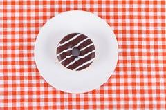 Свежий вкусный донут на плите Стоковая Фотография RF