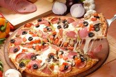 Пицца с гироскопами цыпленка, зеленым перцем, оливками и луком на разделочной доске стоковые изображения