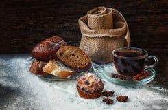 Свежий, горячий хлеб для чая завтрака стоковые изображения rf
