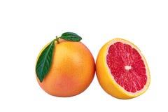 Свежий грейпфрут при изолированные листья зеленого цвета стоковое фото