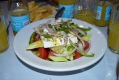 Свежий греческий салат на белой плите, Glyfada, Афины Стоковое Изображение RF