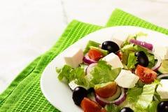 Свежий греческий салат на белой таблице Стоковое Фото