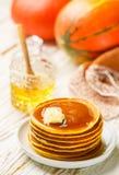 Свежий домодельный блинчик тыквы с медом и маслом в белой плите стоковое изображение rf