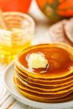 Свежий домодельный блинчик тыквы с медом и маслом в белой плите стоковые изображения rf
