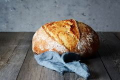 Свежий домодельный хлеб на серой предпосылке crisp разведенный франчуз стоковая фотография rf