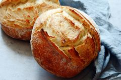 Свежий домодельный хлеб на серой предпосылке crisp разведенный франчуз Хлеб на активизирует Пресный хлеб стоковая фотография rf