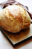 Свежий домодельный хлеб на серой предпосылке crisp разведенный франчуз Хлеб на активизирует стоковое изображение