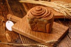 Свежий домодельный хлеб чеснока на текстурированной деревянной доске Все еще li Стоковое Фото