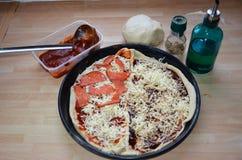 Свежий дом сделал итальянскую пиццу стоковые фото