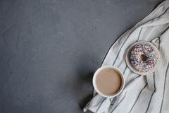 Свежий донут с кофе стоковые изображения rf
