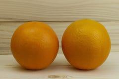 Свежий естественный сочный апельсин 2 на деревянной предпосылке Стоковая Фотография