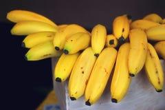 Свежий желтый цвет банана в рынке плодоовощ Стоковое Фото