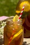 Свежий заваренный чай льда на патио Стоковые Фото