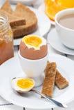 Свежий завтрак с яичками, здравицей и кофе Стоковая Фотография