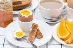 Свежий завтрак с яичками, здравицей и кофе Стоковое фото RF