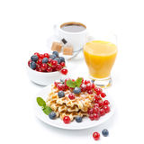 Свежий завтрак с waffles, ягодами, апельсиновым соком и кофе Стоковые Изображения