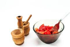 Свежий, здоровый, сочный отрезанный томат в стеклянном шаре, деревянном погребе соли Стоковые Фотографии RF