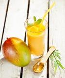 свежий здоровый smoothie мангоа стоковое фото