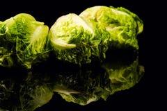 Свежий зеленый салат изолированный на черной предпосылке стоковые изображения rf