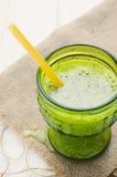 Свежий зеленый сок на деревенской таблице стоковая фотография