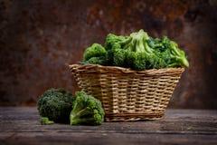 Свежий зеленый брокколи в корзине Стоковое Фото