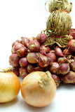 Свежий зеленый и красный лук на белой предпосылке Стоковая Фотография RF