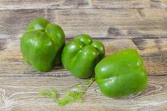 Свежий зеленый перец на деревянном столе Стоковые Фотографии RF