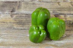 Свежий зеленый перец на деревянном столе Стоковые Фото
