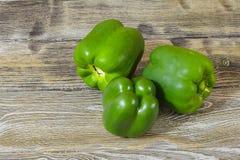 Свежий зеленый перец на деревянном столе Стоковое Изображение RF