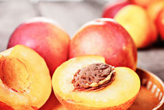 Свежий зрелый плодоовощ персика нектарина, подрезывает деревенскую предпосылку Стоковое Фото