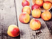 Свежий зрелый плодоовощ персика нектарина, подрезывает деревенскую предпосылку Стоковая Фотография RF