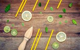 Свежий лимон и деревянный juicer для сока и коктеиля лета Fre Стоковые Изображения