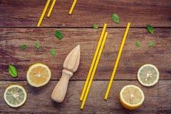 Свежий лимон и деревянный juicer для сока и коктеиля лета Fre Стоковые Изображения RF
