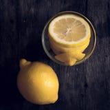 Свежий лимон на деревянной предпосылке Стоковые Фотографии RF