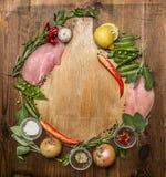 Свежий индюк, овощ, травы, специи, плодоовощ, травы специи красного перца польки лимона солит лук чеснока перца на разделочной до Стоковая Фотография RF