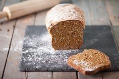 Свежий ирландский хлеб соды при овес отрезанный на фокусе разделочной доски шифера селективном Стоковые Фото