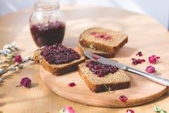 Свежий испеченный домодельный здоровый хлеб с вареньем blackcurrant - домодельным мармеладом с свежими органическими плодоовощами Стоковая Фотография RF