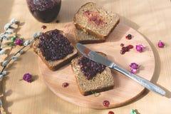 Свежий испеченный домодельный здоровый хлеб с вареньем blackcurrant Стоковые Изображения RF